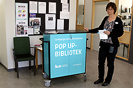 Bild: Anne Söderholm med pop up-biblioteket.