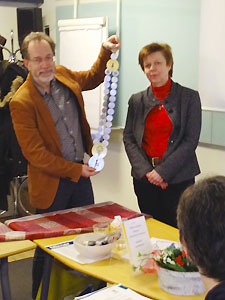 Karin Mårdsjö Blume handing over the dean ornamnet to Jörgen Nissen.  Photo: Anna Johnsson Harrie.